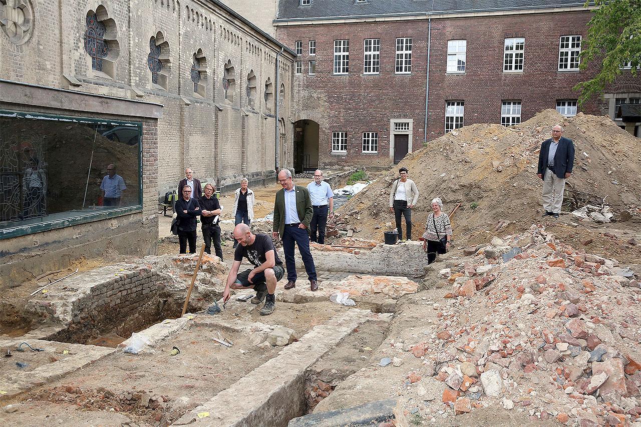 Foto: Brunnenhof Ausgrabung mit Personen